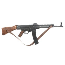 Fusil StG 44 (Sturmgewehr 44), Alemania 1943 . With leather belt